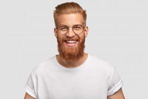 Junger Mann/Hipster mit Brille